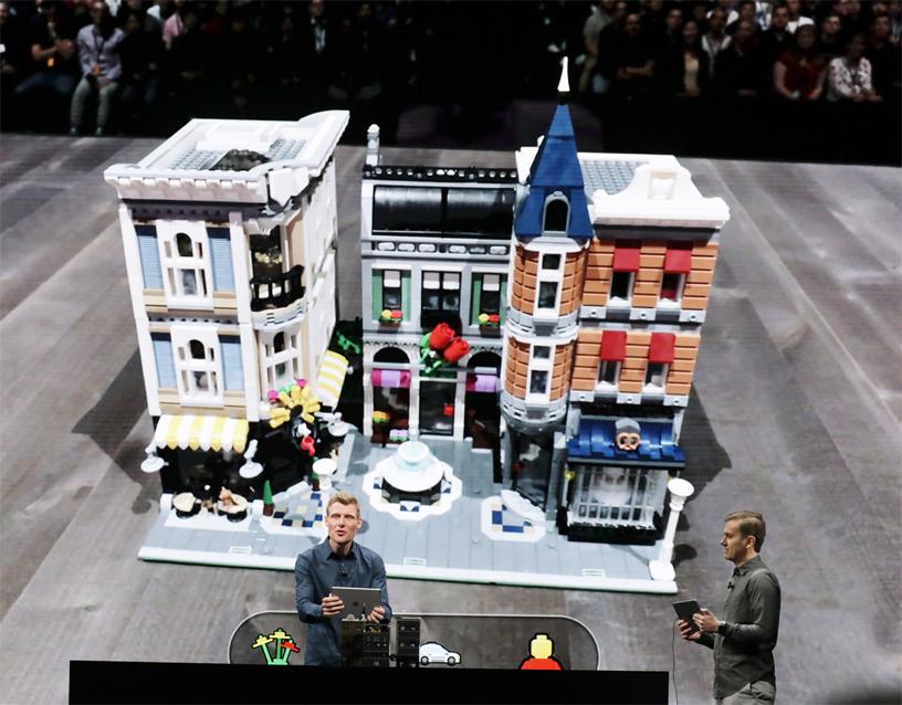 WWDC 2018基調講演のステージでLEGO AR Cityを実演するマーティン・サンダース氏。