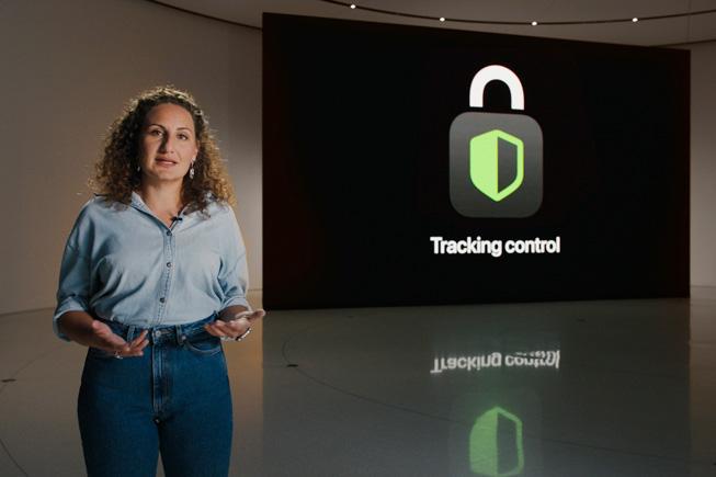 Katie Skinner sobre el escenario de la WWDC20.
