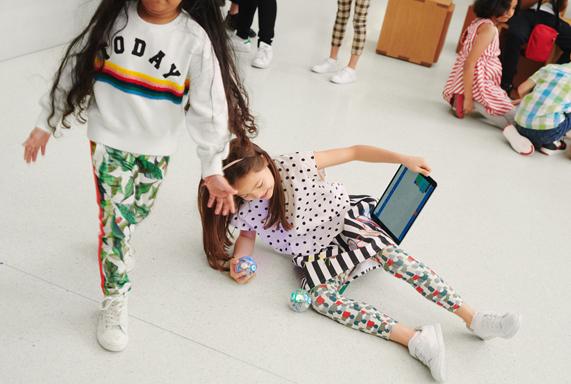 Zwei Kinder, die ein iPad in einem Apple Store in Europa benutzen.