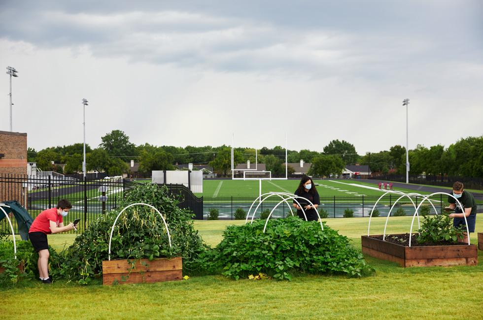 Annabeth Hook, Jodie Deinhammer, y Stayton Slaughter trabajando en el jardín comunitario del centro Coppell Middle School East.