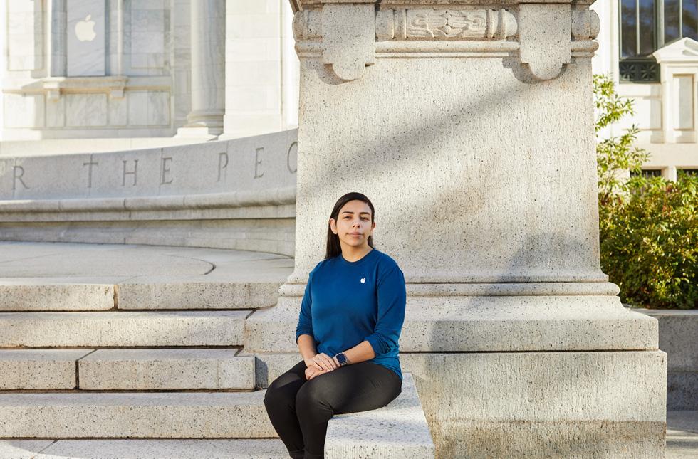 Фотография Джасмин Леон на фоне магазина Apple в здании библиотеки Карнеги в г. Вашингтон.