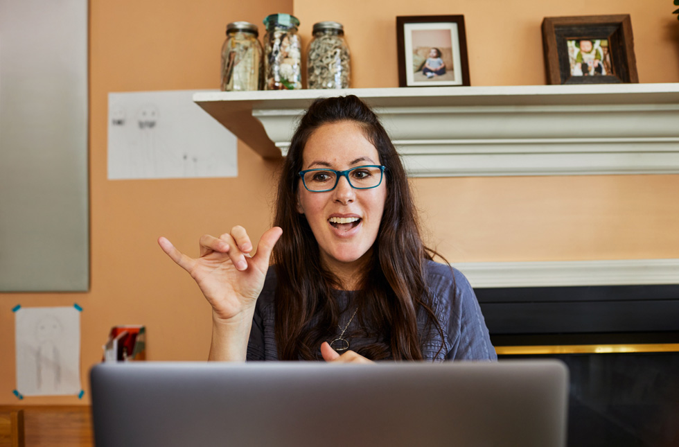 Доктор Джули Хохгесанг использует функцию Sidecar на своём iPad Pro.