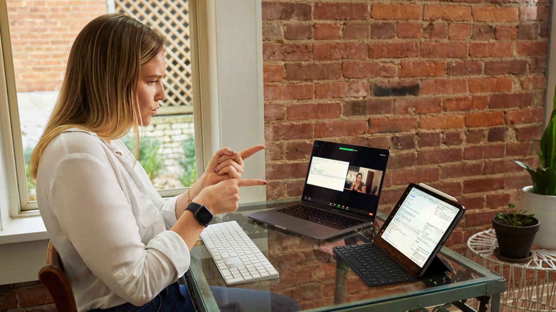 Сара-Бет Салливан использует американский язык жестов на своём iPad Pro и MacBook Pro.