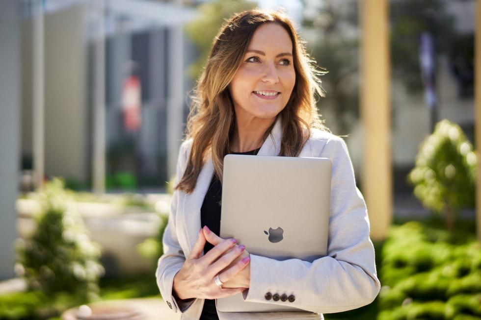 Jackie French, de TAFE Queensland, con una MacBook Air.