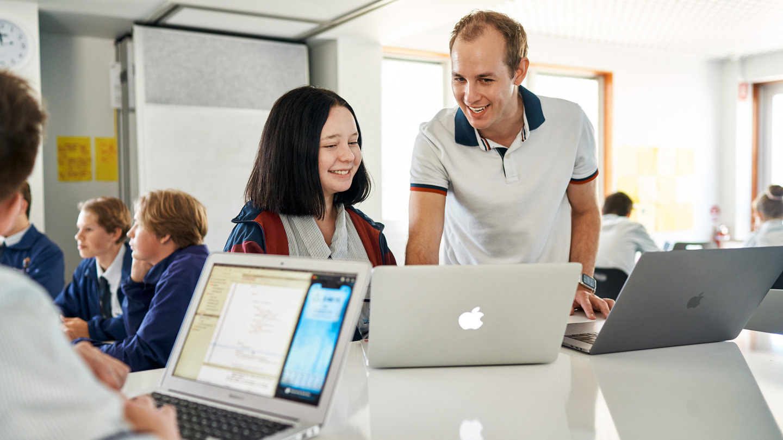 Oliver Baumeister enseña Swift con la MacBook Pry la MacBook Air a los alumnos de StAugustine's College.