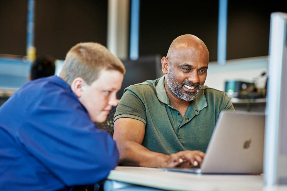 Daniel Parszuto y un instructor escriben código en una MacBook Air.