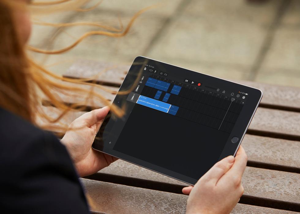 Das iPad eine:s Schülers:in zeigt Audiodateien für einen Podcast.