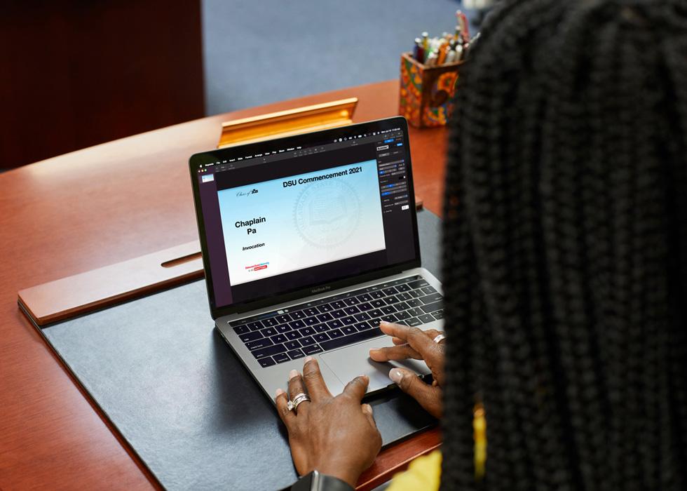 Dr. Francine Edwards erstellt Teile der Delaware State 2021 Abschlussfeier auf dem MacBook Pro.