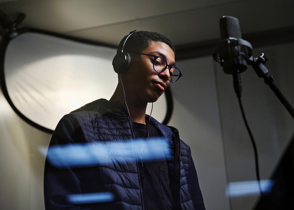 New Rochelle High School-Schüler Noah Massey nimmt einen Song auf.