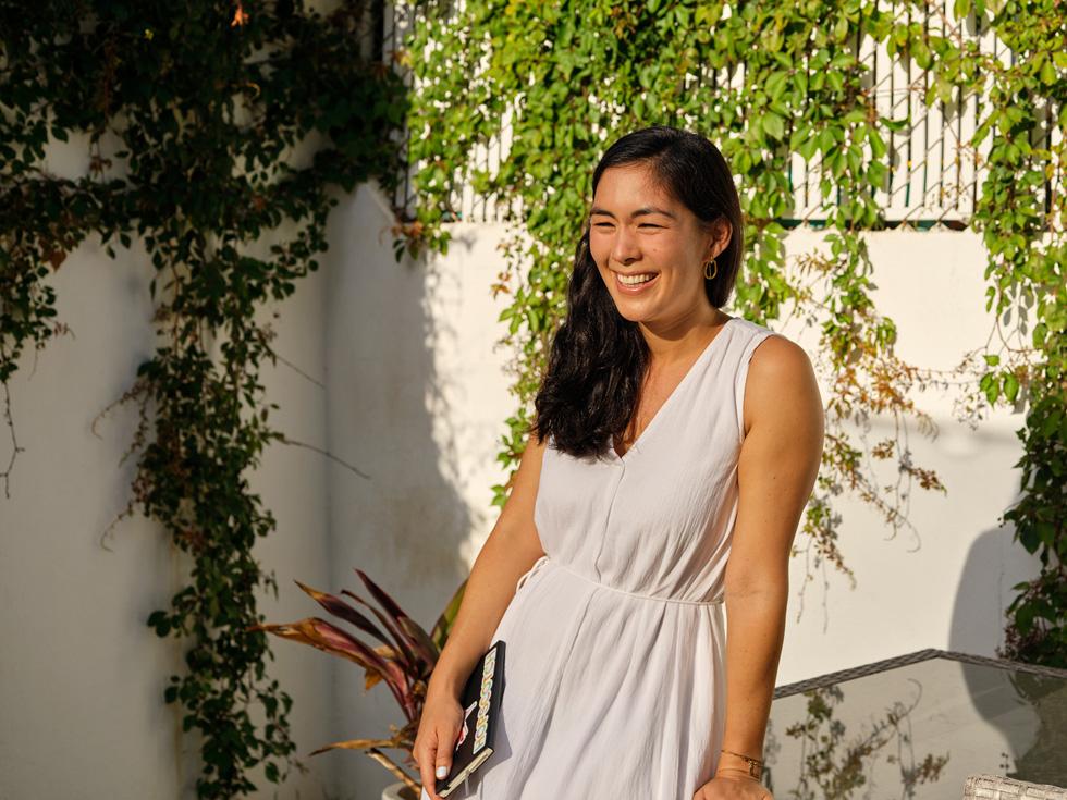 Samantha John, fondatrice di Partridge, in piedi contro il muro.