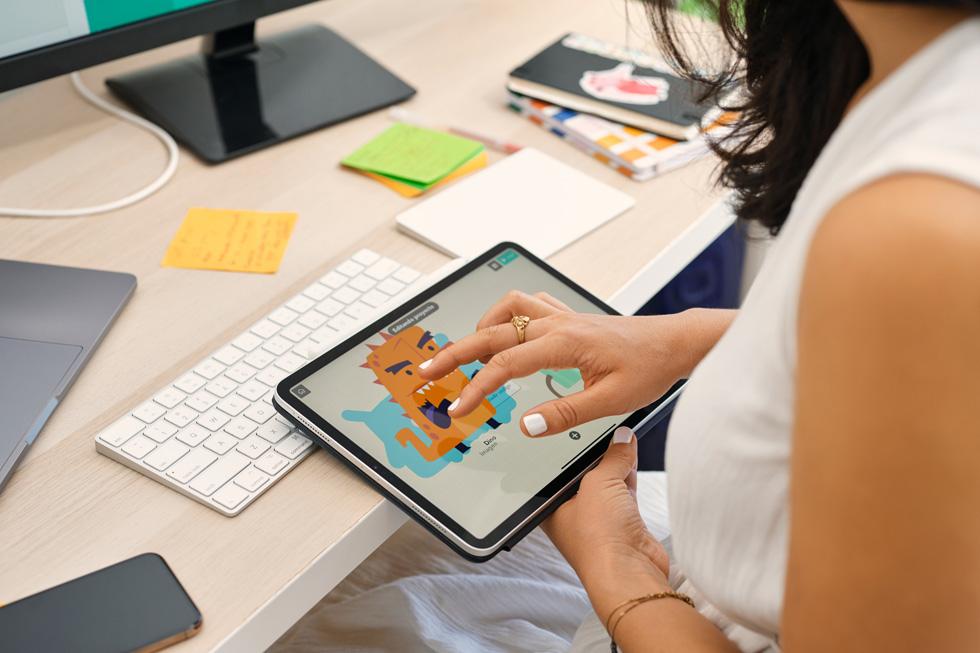Samantha John usa l'app Hopscotch sul suo iPad.