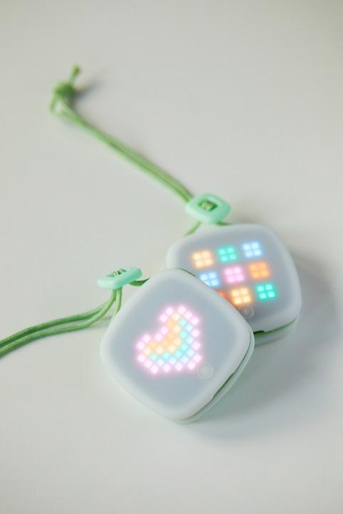 L'immagine di ImagiCharm mostra un'immagine di cuore rosa, arancione e blu creata con imagiLabs.