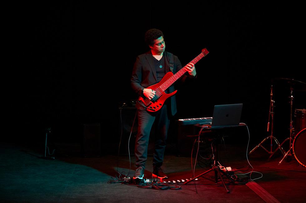 Apple Entrepreneur Camp Teilnehmer und Jazz-Musiker Matt Garrison spielt Gitarre.