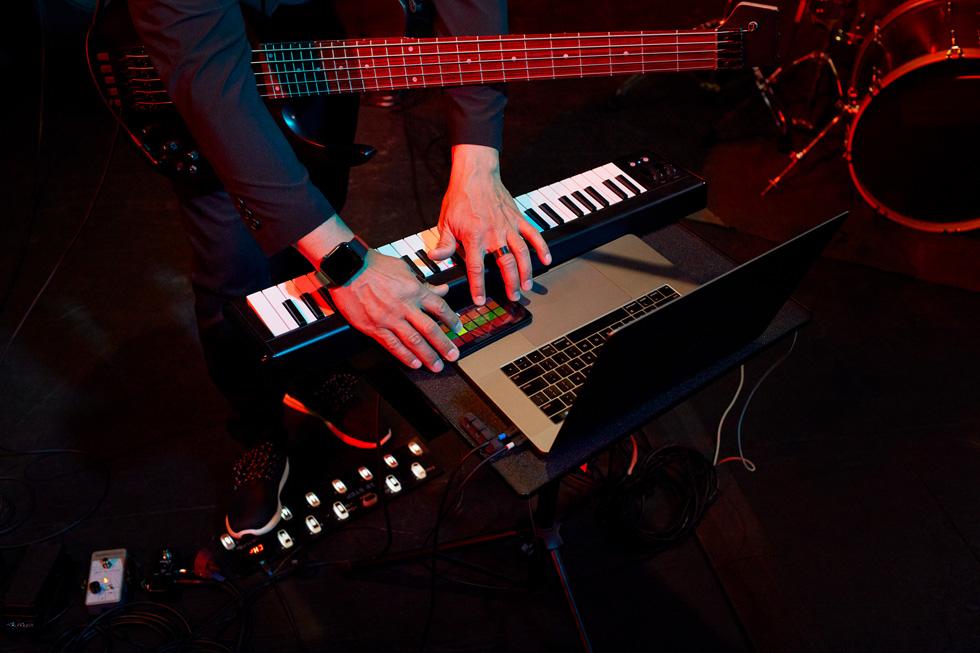 Primo piano di Matt Garrison che suona la tastiera.