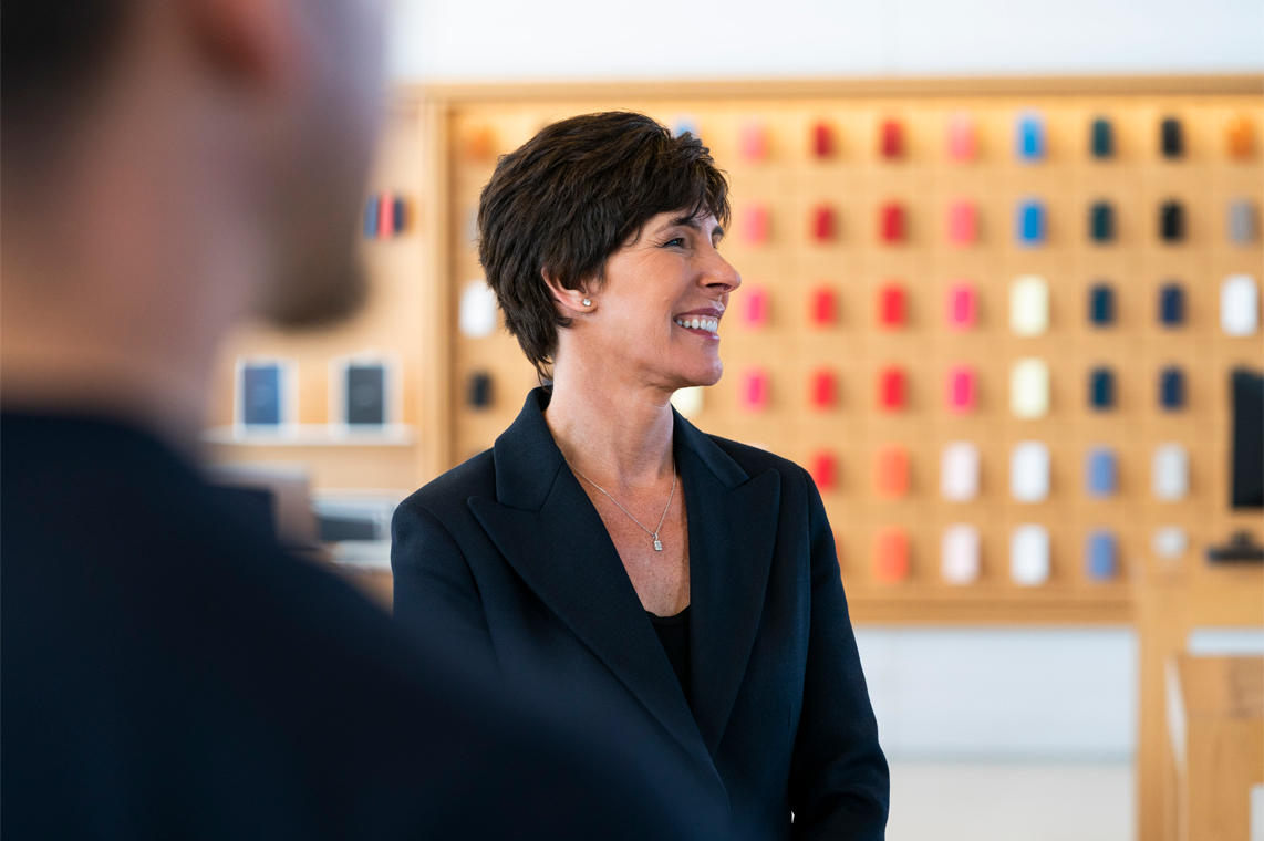 https://www.apple.com/newsroom/images/people/executives/Apple-Deirdre-OBrien-senior-vice-president-of-retail-and-people-02052019_inline.jpg.large_2x.jpg