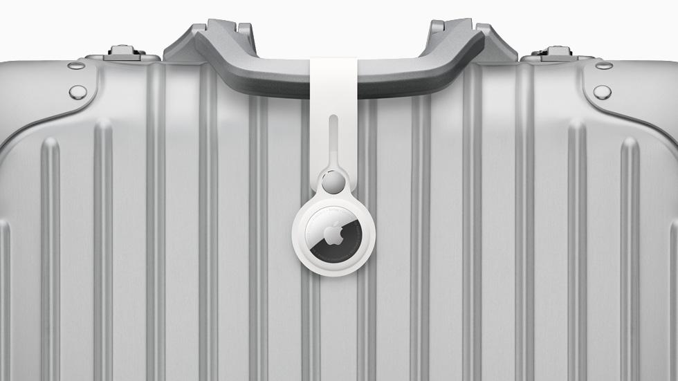 AirTag avec la lanière en polyuréthane, fixé à des bagages.