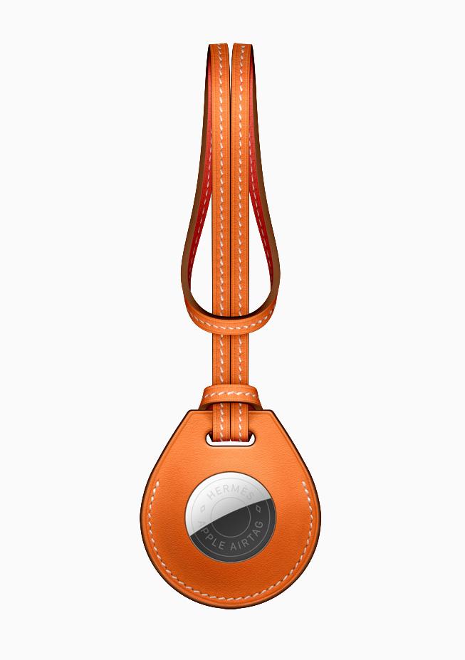 L'accessoire de sac pour AirTag Hermès.