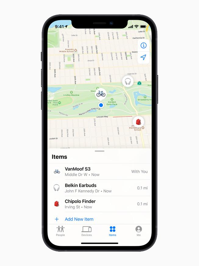 Una lista de dispositivos de terceros en la pestaña Elementos de la aplicación Buscar, que se muestra en el iPhone 12.