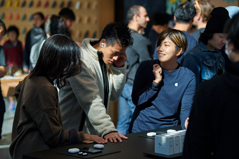Customers try out AirPods Pro with an Apple team at Apple Omotesando in Tokyo.