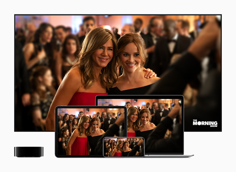 Apple TV ved siden av en TV, iPad, iPhone og en Mac som viser «The Morning Show.»