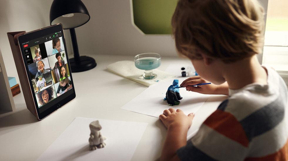Ett barn använder nya iPad när det målar en statyett.