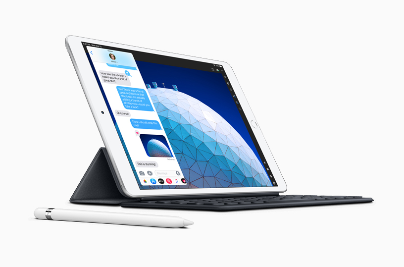 iPad Air con Apple Pencil y Slide Over de iMessages en la pantalla.