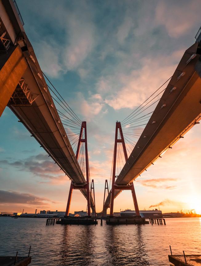 İki kırmızı köprünün gökyüzüne uzanan kuleleri.