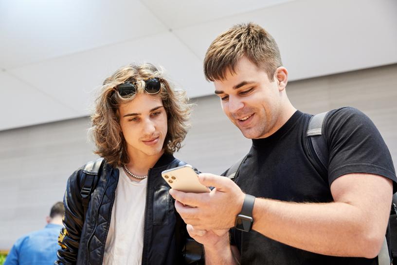Kunden probieren die neuen Funktionen des iPhone 11 Pro.