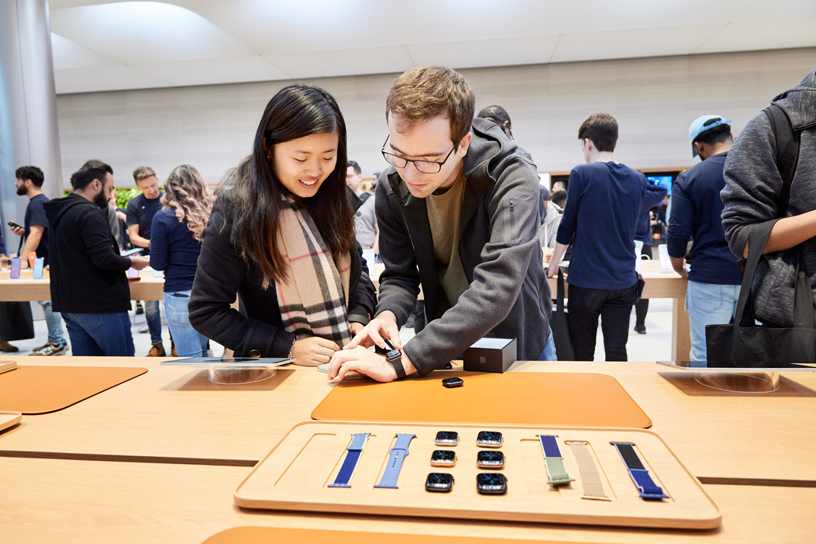 Kunden, die die Apple Watch Series 5 im neuen Apple Watch Studio ausprobieren.