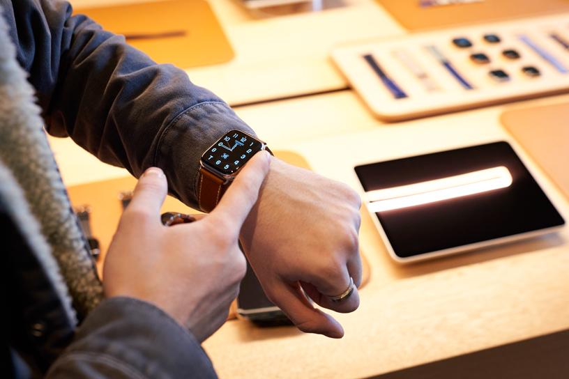 Ein Kunde probiert die Apple Watch Series 5 im Apple Champs-Élysées aus.