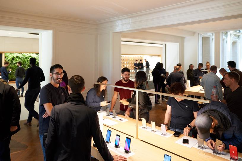 Kunden im Apple Champs-Élysées.