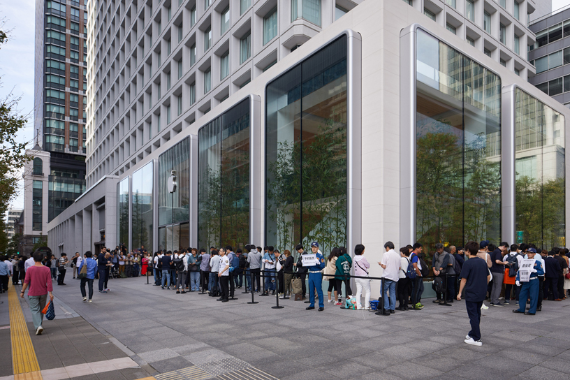 Lines outside Apple Marunouchi.