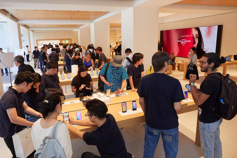 Kunden im Apple Marunouchi.