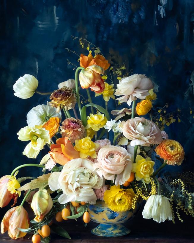 Blommor i en flerfärgad vas.