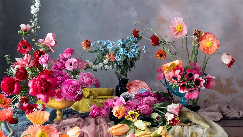Flera blomsterarrangemang på ett bord.