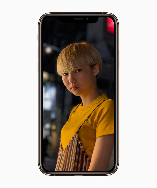 https://www.apple.com/newsroom/images/product/iphone/standard/Apple-iPhone-Xs_selfie-1-09122018_carousel.jpg.large_2x.jpg