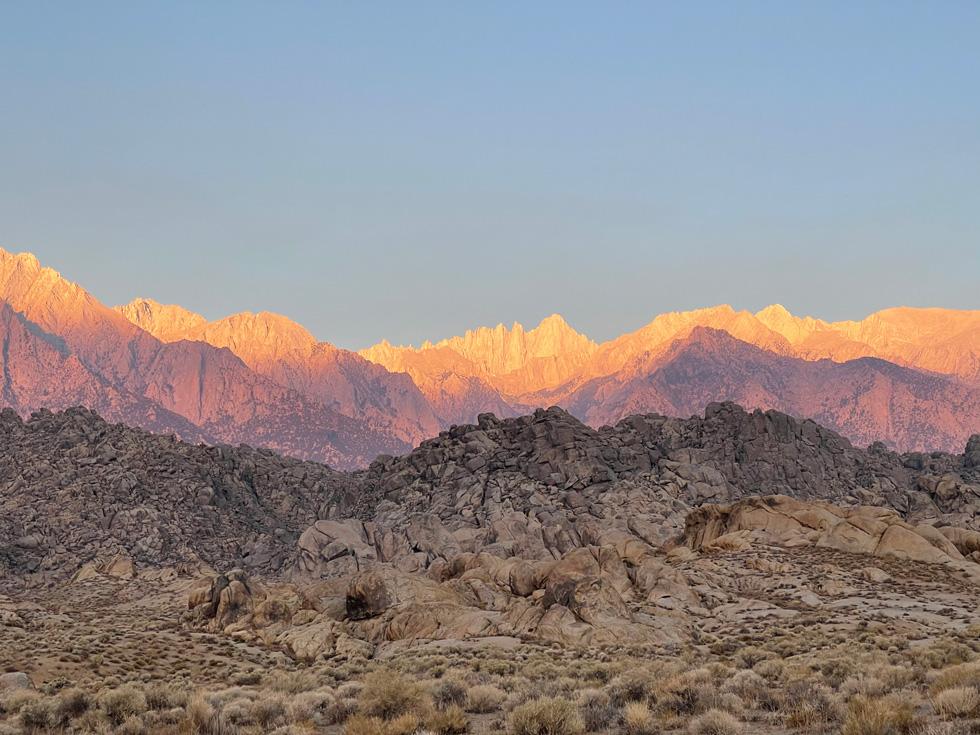 iPhone 12 Pro에서 촬영된 산악 풍경.