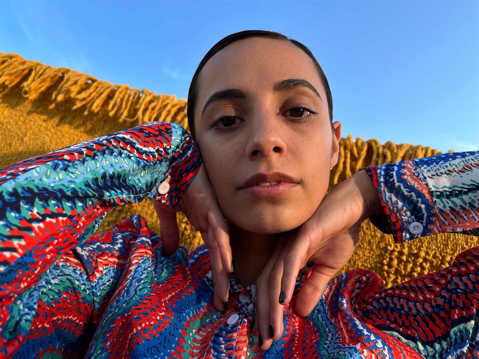 使用支持智能 HDR 4 的 iPhone 13 拍摄的彩色女子人像。