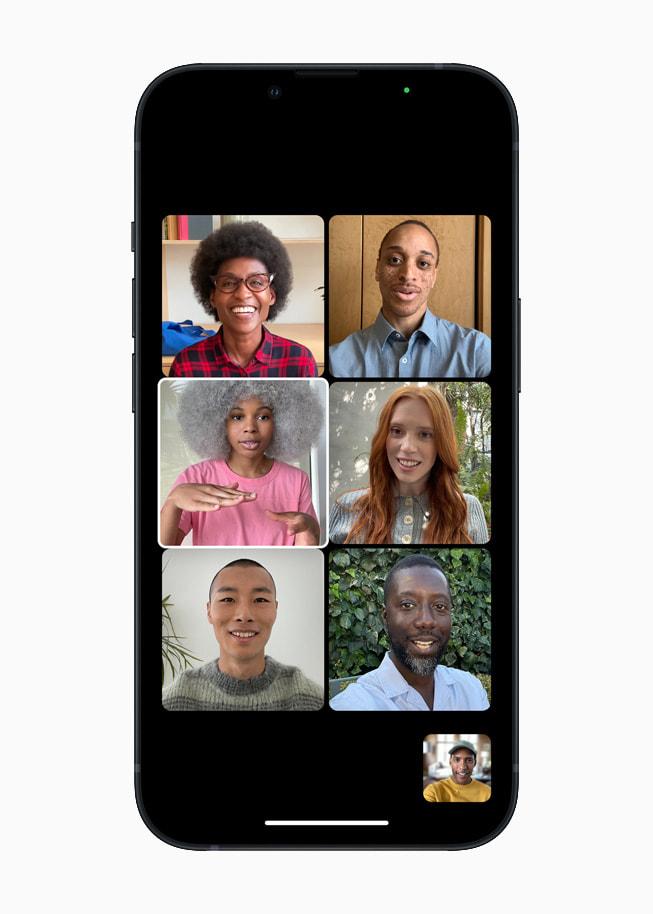 Un iPhone13 con el modo Retrato en la app Cámara para una llamada FaceTime de grupo en iOS15.