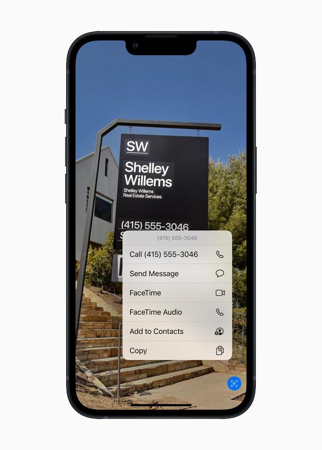 Un iPhone13 con la prestación Texto en Vivo en iOS15 para reconocer el texto en una foto.