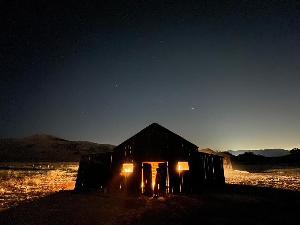 Фотография пейзажа с амбаром. Снято на iPhone 12 с использованием Ночного режима.