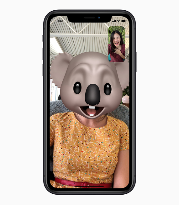 iPhone XR con Animoji FaceTime en pantalla.