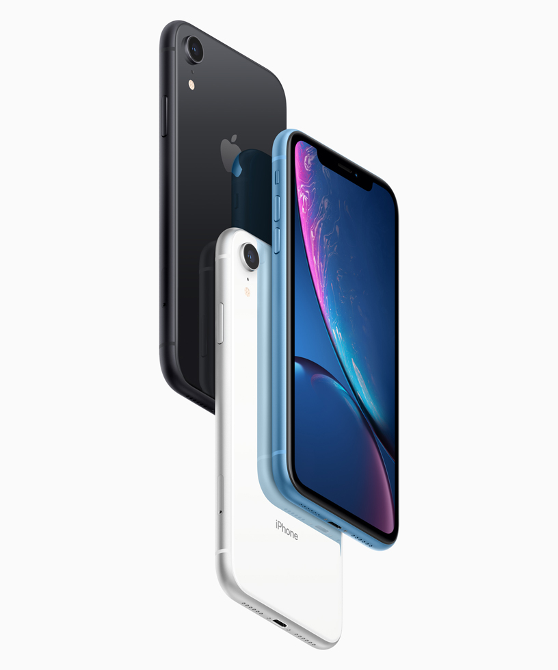 Tres iPhone XR en negro, blanco y azul.