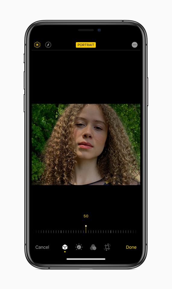 Immagine di una ragazza con regolazioni a Illuminazione ritratto in iOS 13.