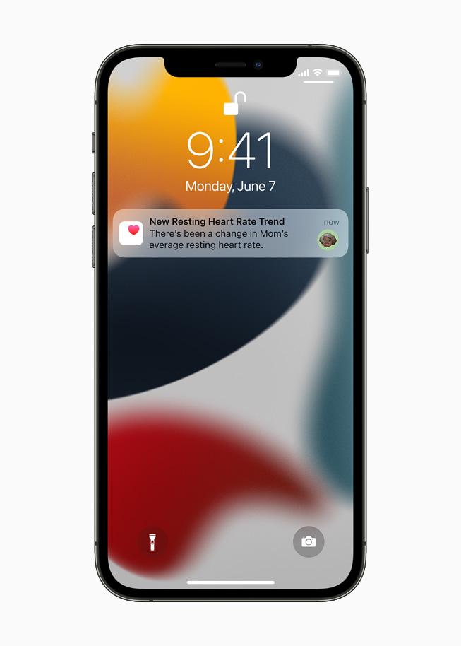 어머니의 심장 건강 데이터가 변경되어 가족이 받은 알림을 보여주는 iPhone 12 Pro.