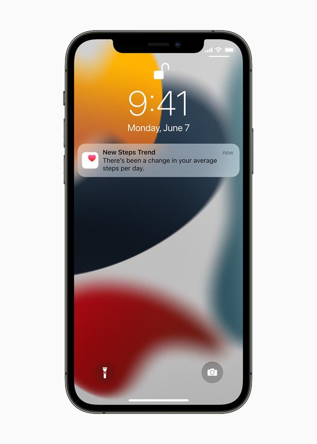잠금 화면에 표시된 새로운 걸음 추세 알림을 보여주는 iPhone 12 Pro.