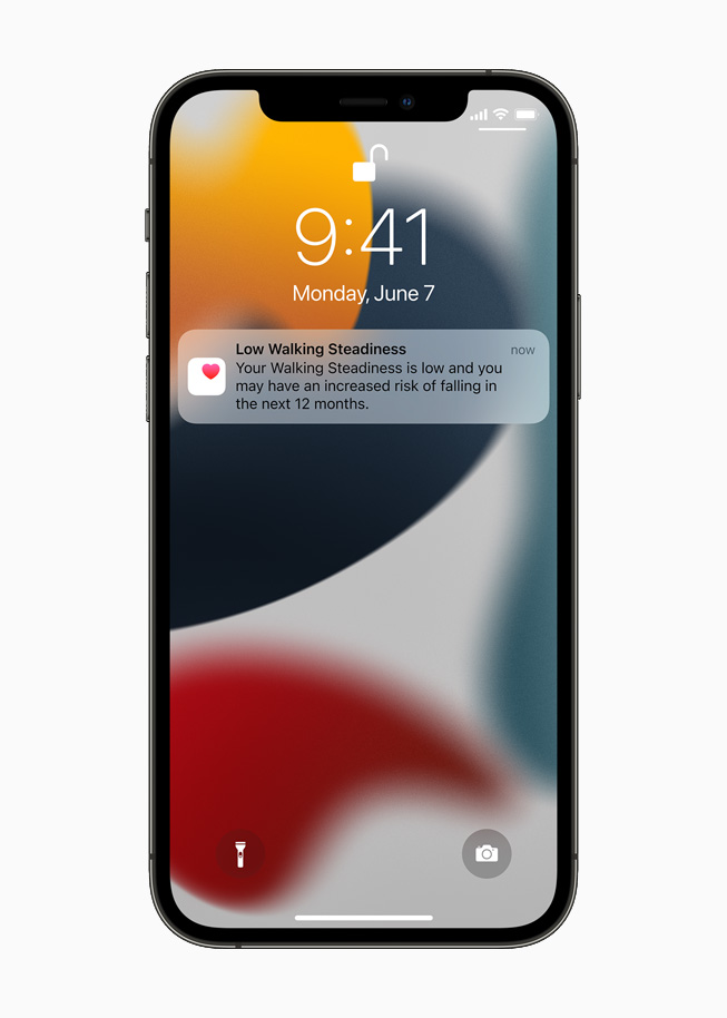 잠금 화면에 표시된 보행 안정성 낮음 알림을 보여주는 iPhone 12 Pro.