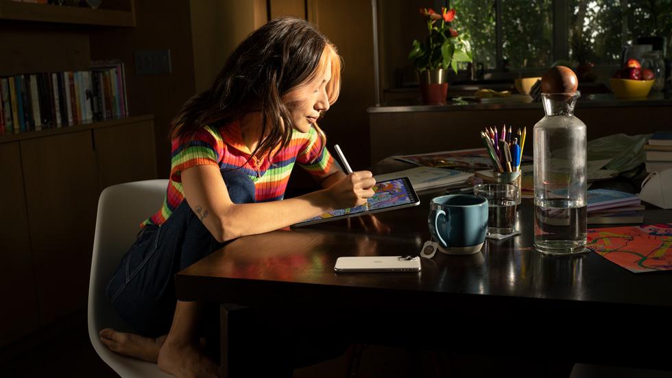A woman using iPad with iPadOS 15.
