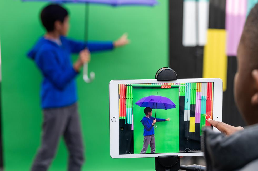 Des élèves apprennent à utiliser un écran vert dans le cadre du programme La créativité pour tous sur iPad.