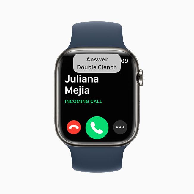 Un Apple Watch Series 7 che mostra una chiamata in entrata su watchOS 8.